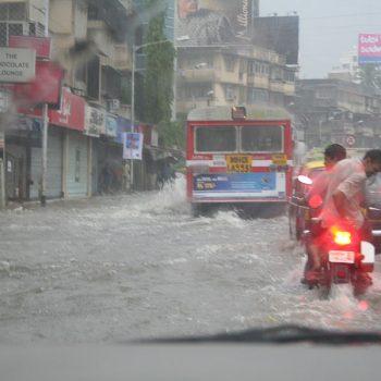 INDIEN-Mumbai-Linking Road in Bandra im Monsoon