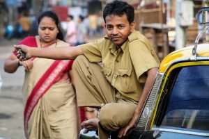 INDIEN-Mumbai-Taxifahrer and Crawford Market am Morgen