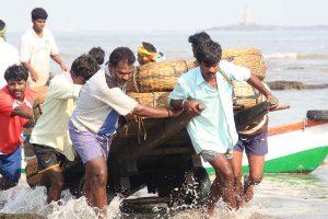 INDIEN-Mumbai-Fischer an Madh Beach