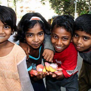 INDIEN-Mumbai-Kinder mit Nagchampablüte in Bandra