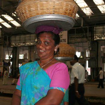 INDIEN-Mumbai-Fischverkäufer am Bahnhof, Churchgate