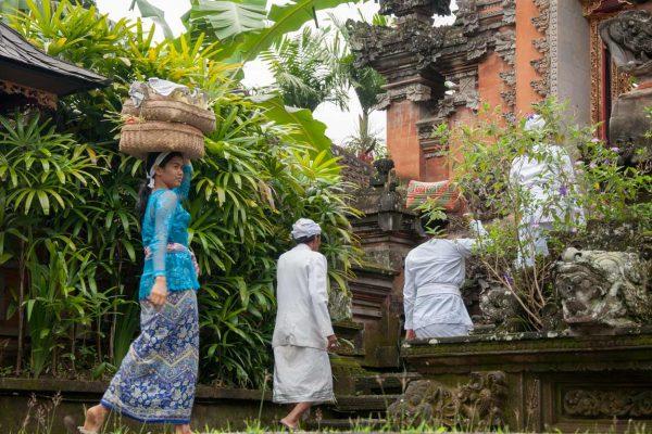 Indonesien-Bali-auf dem Weg zum Tempel