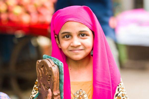 Mädchen in Old Delhi auf dem Weg zum Gebet