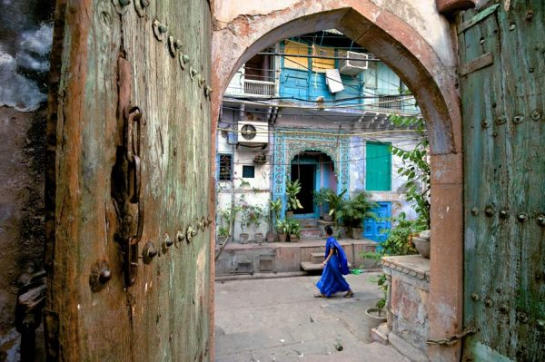 Frau mit blauem Sari in Old Delhi
