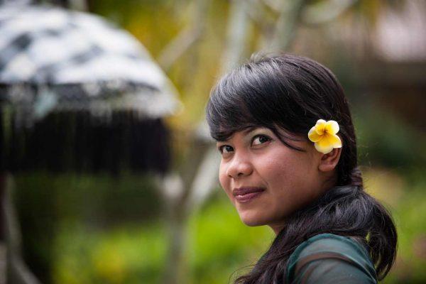 Indonesien-Bali-Mädchen mit Blüte im Haar