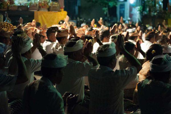 Indonesien-Bali-gemeinsames Beten im Tempel