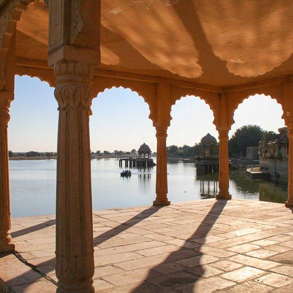 IND-Rajasthan-Jaisalmer-Tempel am Gadisar Lake