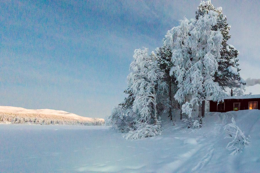 Schweden-Kiruna-Hütte am See im Winter