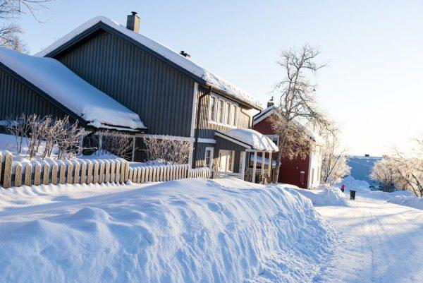 Schweden-Kiruna-Schwedenhäuser im Winter
