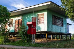 Telefonzelle im Yagua Dorf