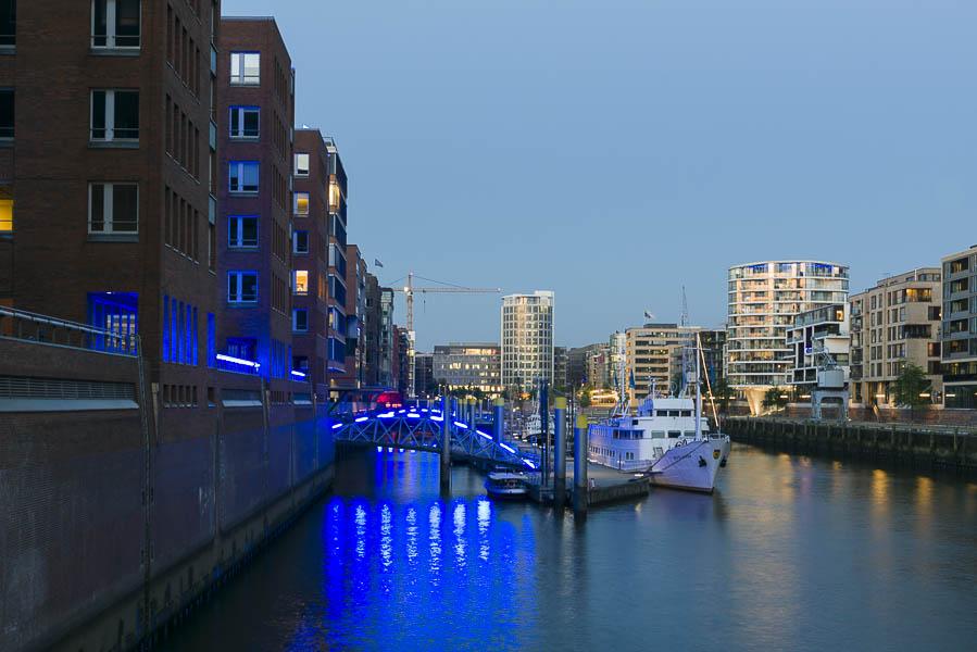 Deutschland, Hamburg, Hafencity, Sandtorhafen - Sandtorkei in Blau