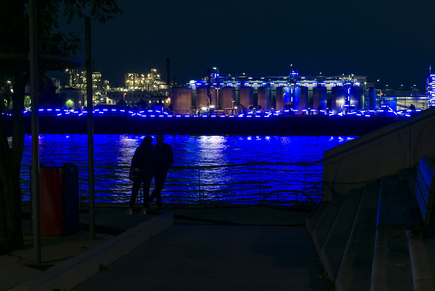 Deutschland, Hamburg, Hafencity, Steinwederhafen in Blau, Zweisamkeit