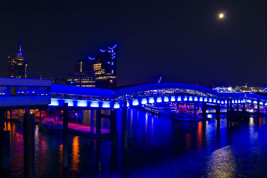 Deutschland, Hamburg, Hafen, Überseebrücke mit Elbphilharmonie