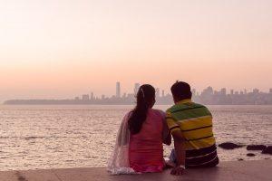 INDIEN-Mumbai-Pärchen am Marine Drive geniesst den Sonnenuntergang