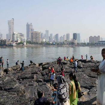 INDIEN-Mumbai-Haji Ali mit Blick Worli