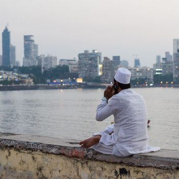 INDIEN-Mumbai-Telefonat an der Haji Ali Bay