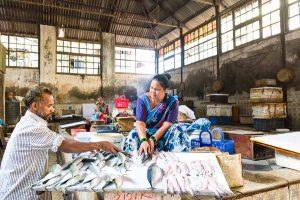 INDIEN-Mumbai-Fischverkäuferin