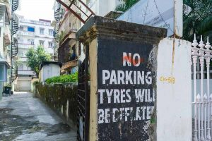 INDIEN-Mumbai-Gesunder Humor, besser man parkt sein Auto woanders