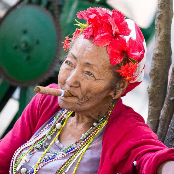 Kuba-Havanna-rauchende Kubanerin