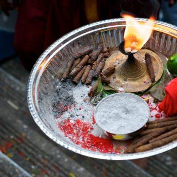 Tablett mit Devotionalien für den Gang in die Tempel Höhle / tray for devotees