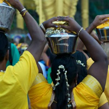 Frau mit Pushpa Kavadi / lady carrying Pushpa Kavadi up to the temple cave