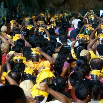 Gläubige auf dem Weg in die Tempelhöhle / devotees on their way into the temple cave