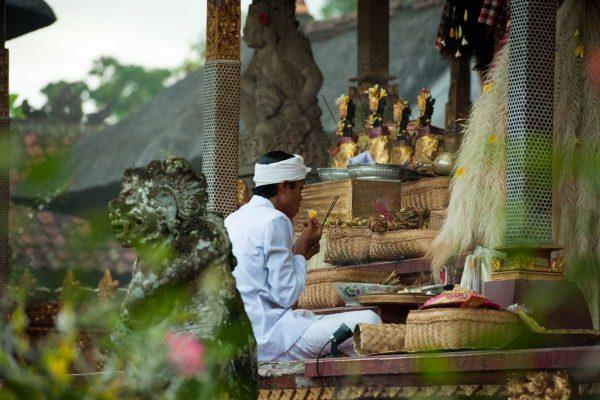 Indonesien-Bali-Priester in Ubud