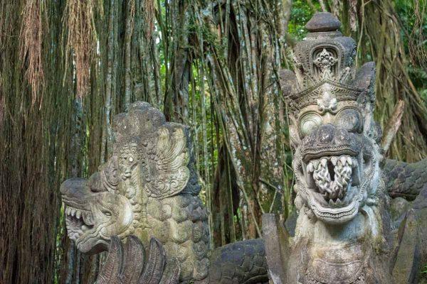 Indonesien-Bali-Statuen im Affenwald von Ubud