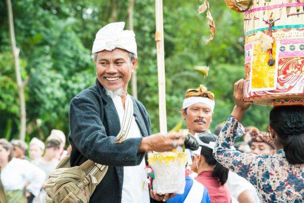 Indonesien-Bali-Priester bei einer Beerdigung