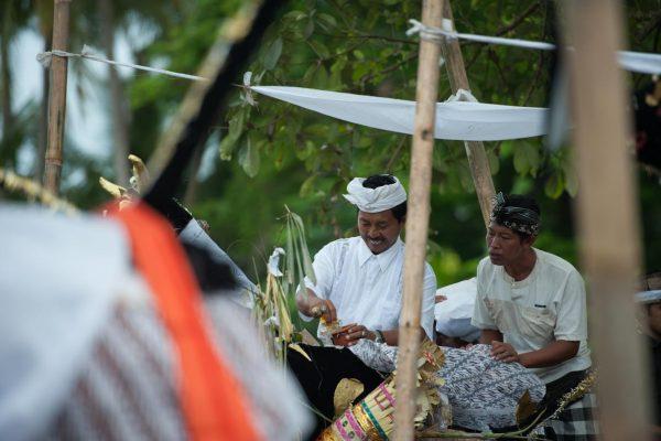 Indonesien-Bali-Priester bei einer Massenkremierung