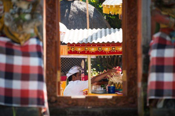 Indonesien-Bali-Priester bei seinen Pflichten