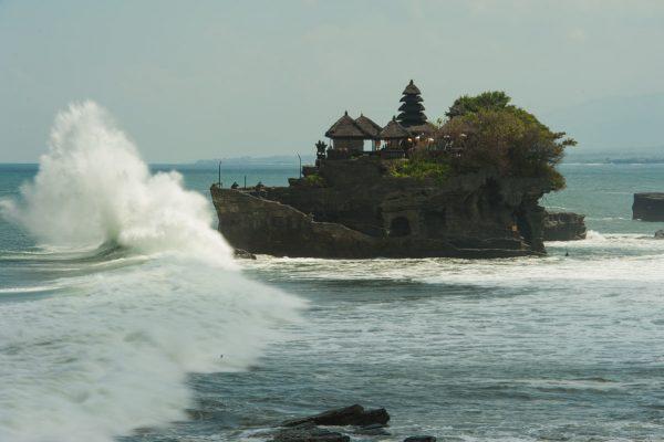 Indonesien-Bali-Tanah Lot mit Brandung