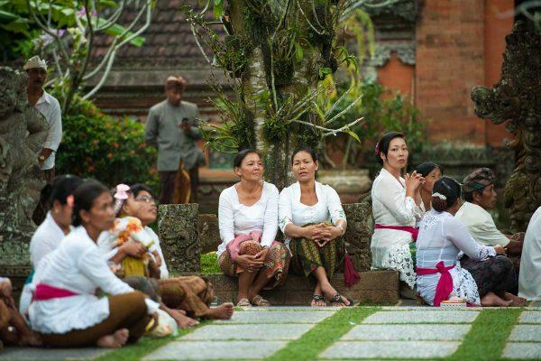 Indonesien-Bali-Frauentreff im Tempel