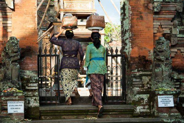 Indonesien-Bali-Frauen auf dem Weg in den Tempel