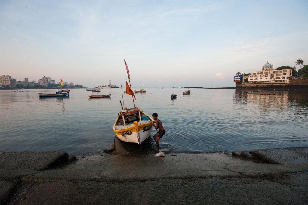 INDIEN-Mumbai-Haji-Ali und der Fischerjunge