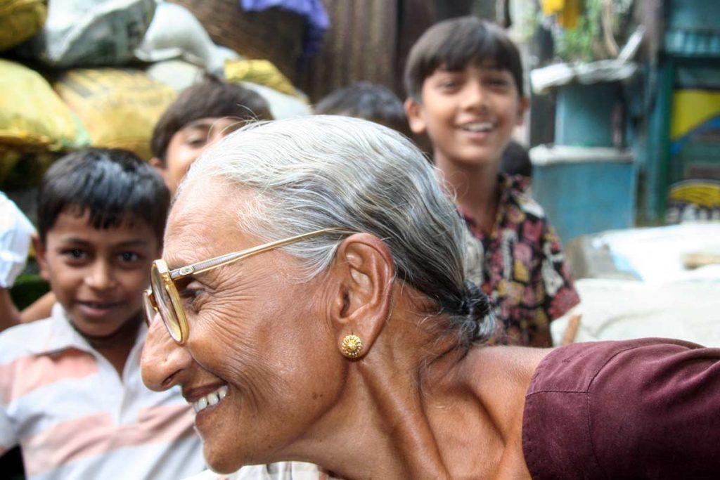 INDIEN-Mumbai-Omi mit Kindern im Slumvi