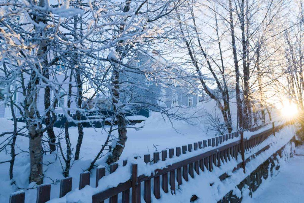Schweden-Kiruna-verschneite Stadt im Sonnenschein