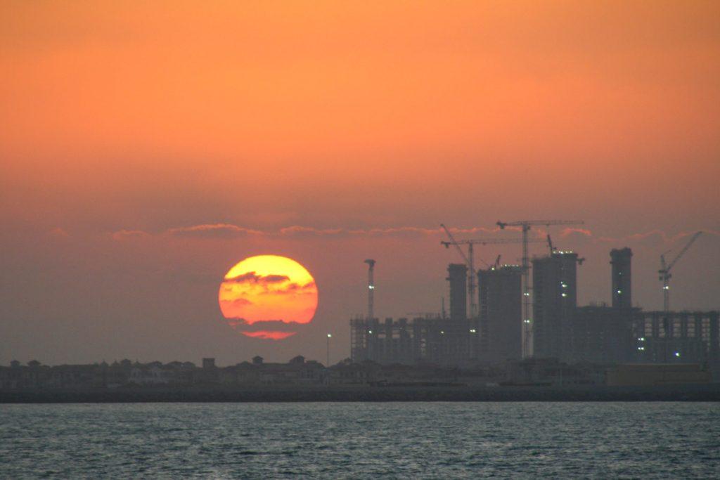 VAE-Dubai-Sonnenuntergang auf der Baustelle